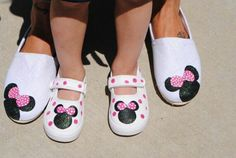 Minnie Mouse shoes for Kassie and I ! Disney Painted Shoes, Painted Canvas Shoes, Disney Shoes, Hand Painted Shoes, Disney Outfits, Girl Outfits, Minnie Birthday, Mickey Minnie Mouse, 2nd Birthday