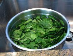 Réutilisez l'eau de cuisson des épinards pour raviver les lainages