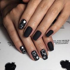 Black and white summer nail art with yellow touch. You can try this nail art design on sunny day as it incorporates the sunny colors with the summer flowers. However, if you are also going to attend a beach night party, this anil art design is something worth getting.