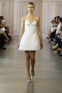 La première collection de robes de mariée printemps-été 2016 de Peter Copping en tant que directeur artistique de la maison Oscar de la Renta http://www.vogue.fr/mariage/tendances/diaporama/peter-copping-signe-sa-premire-collection-de-robes-de-marie-chez-oscar-de-la-renta/20165/carrousel#6