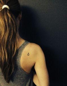 Tatuaggio minimal ancora sulla spalla - Tatuaggio minimal ancora sulla spalla, meraviglioso tattoo di piccole dimensioni.
