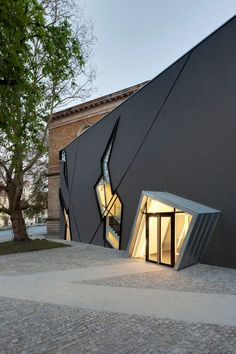 Designed by Studio Daniel Libeskind, Felix Nussbaum Haus is located in Osnabrück, Germany. Dedicated to the work of German-Jewish painter Felix Nussbaum, the Museum displays a chronological stream of works by the artist.