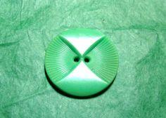 """1 - 1 &1/16"""" OWL FACE COLT GREEN PLASTIC 2-HOLE BUTTON - VINTAGE Lot#NL295"""