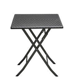 Dieser eckige Tisch in Rattan-Optik in schwarz lässt sich (fast) überall perfekt…