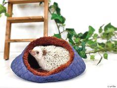 寝袋が大好き! だけど寝袋に入ってしまうとお尻しか見えない・・・ 落ち着く場所を用意してあげたい! けど、可愛いお顔も見たい・・・♥ そんなハリネズミちゃんと飼い主さんのためのおやすみベッドです。 http://unibo.theshop.jp/categories/218168 #ハリネズミ #小動物 #寝袋 #ベッド #ペット #ペットグッズ #ペット用品 #Hedgehog #Pet #PetSupplies #Animal #SmallAnimal