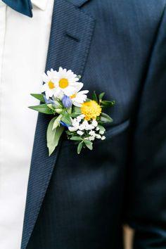 Eine #Ansteckblume mit Gänseblümchen und Schleierkraut für den #Bräutigam ist schon irgendwie schick. Ein paar Informationen dazu findet ihr bei uns im #Hochzeitsblog. Einfach Ansteckblume in die Suche eingeben ;-) Foto: http://frauherz.de