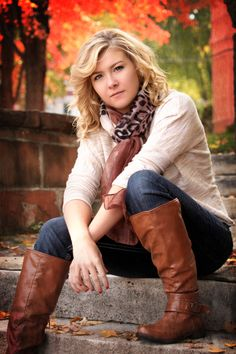 Senior picture pose / girl / fall, crossed hands, leaning forward, looking at us.