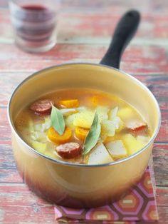 saucisses, poivre, thym, pomme de terre, cube de bouillon, chou, navet, sel, carotte, laurier