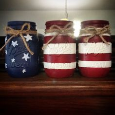 Red, White, and Blue Chalk Painted Mason Jars Cute idea that could be done on any glass container. Patriotic Crafts, Patriotic Decorations, July Crafts, Holiday Crafts, Diy And Crafts, Tree Crafts, Mason Jar Projects, Mason Jar Crafts, Mason Jar Diy