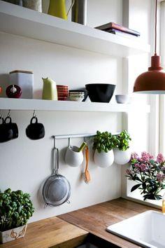 Kjøkkenet har åpne hyller i stedet for overskap, og derfor er det meste lett tilgjengelig. Kjøkkenutstyret er nøye utvalgt, slik at alt som står fremme passer sammen, og man får et ryddig inntrykk.