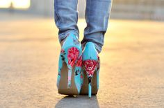 Floral heels with jeans Cute Shoes, Me Too Shoes, Love Fashion, Fashion Shoes, Floral Fashion, Fashion Prints, Fashion Fashion, Floral Heels, Shoe Boots