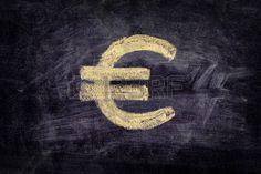 Símbolo del Euro dibujado en la pizarra de fondo negro. De cerca.