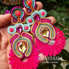 Un clasico que sigue gustando.... #moda #accesorios #collar #maxicollar #arete #zarcillos #brinco #pantalla #venezuela #talentovenezolano #hechoenvenezuela #hechoamano #hechoenvenezuela #designervenezuela #design #glam #outfit #musthave Colourful Outfits, Colorful Fashion, Maxi Collar, Soutache Earrings, Colorful Bracelets, Joules, Handmade Jewellery, Polymer Clay Jewelry, Jewelry Making