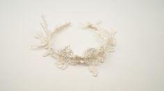 RAVENNA: Diadema de encaje francés bordado a mano con hilo de plata y perlas japonesas.