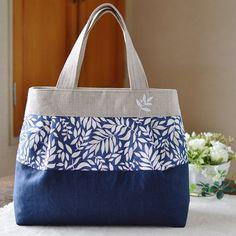 新作の手提げバッグはいつもよりちょっぴりお姉さんな感じ(*^_^*) 夏らしい柄の布地を選んで、その柄に合わせて葉っぱを刺繍しました。これからの季節にどうでしょう?