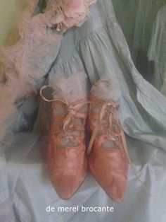 antique shoes and lace Shabby Chic Antiques, Vintage Shabby Chic, Vintage Beauty, Vintage Style, Vintage Fashion, Victorian Boots, I Believe In Pink, Old Shoes, Trifles
