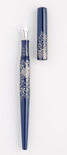 "NAKAYA - Chinkin - Chin Platinum ""Housouge"" desk pen, rhodium plated super extra fine nib Beautiful detail in the filigree. Plumas Sheaffer, Cool Gifts For Him, Graf Von Faber Castell, Calligraphy Pens, Dip Pen, Writing Pens, Fountain Pen Ink, Penmanship, Objet D'art"