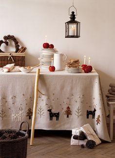 Nappe en lin décorée d'un paysage enneigé avec cerfs, sapins et flocons de neige brodés ou appliqués pour Noël