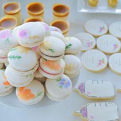 #babyshower #babygirl #floralmacarons #handpaintedmacarons #macarons #ohbaby #ohbabycookies #saltedcaramel #panacotta #bottlecookies #cakepops
