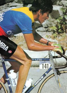 Lucho Herrera with his great Colombian wool jersey on Vitus Carbone climbing Alpe d'Huez - Tour de France 1984 Cycling Art, Cycling Jerseys, Road Cycling, Touring Bicycles, Touring Bike, Vintage Cycles, Vintage Racing, Alpe D Huez, Cool Bicycles