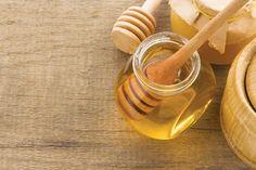Honig wirkt befeuchtend und antiseptisch und eignet sich damit ideal als Gesichtsmaske für müde, strapazierte und auch problematische Haut. Den Honig rein oder mit ein wenig Pulver-Maske (zum Beispiel von Stark Skincare oder reiner Tonerde von Safeas) vermengt auf die gereinigte Haut auftragen und lange einwirken lassen.  Tipp: Besonders die Lippen freuen sich über eine Extra-Portion Honig!