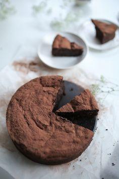 ... chocolate flourless cake ...