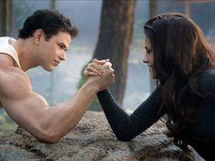 Bella ve Edward'ın kızı olan Renesmee'nin doğumundan sonra Cullen'ler diğer vampir klanlarını da bir araya getirmek için harekete geçerler!  Alacakaranlık Efsanesi : Şafak Vakti Bölüm 2, Marmara Park Cinemaximum'da!