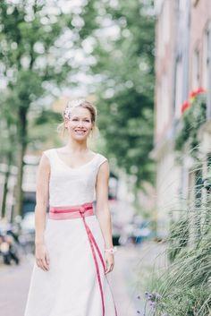 kurzes Brautkleid mit langem Überrock, variables Hochzeitskleid mit rosa Gürtel (www.noni-mode.de - Foto: Le Hai Linh)