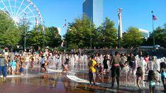 Kids beim Wasserplantschen im Centennial Olympic Park in Atlanta. Erlebe diese einmalige Metropole auf einer z.b. 7-tägigen Georgia Rundreise. #usamietwagentips #usa #georgia #atlanta