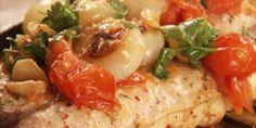 Fil de peixe com cebolas e tomates grelhados
