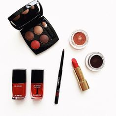 Some of my favourites from Chanel gorgeous #lerougecollection1 by @luciapicaofficial - specially in love with the interesting and flattering red eye pencil Eros! Alguns dos meus favoritos da nova coleção da Chanel, primeira assinada pela maquiadora Lucia Pica - tons de vermelho aparecem não só nos batons e esmaltes, mas também em sombras, lápis... Interessante e super usável!  Dia de Beauté