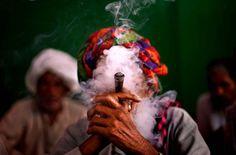 Cet homme, dissimulé son nuage de fumée, manifestait le 22 août à New Delhi (Inde) pour la création d'une pension pour les personnes âgées en situation financière précaire.