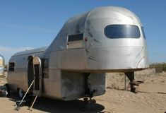 It's an Airstream. Vintage Rv, Vintage Airstream, Vintage Caravans, Vintage Travel Trailers, Vintage Campers, Airstream Campers, Old Campers, Camper Trailers, Camper Van