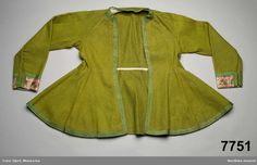 Kvinnotröja av gulgrön vadmal. Lång skörtmodell av ålderdomligt slag.  Tröjmodellen har 1600-talssnitt som levde kvar länge inom vissa områden bl.a i delar av Skåne.