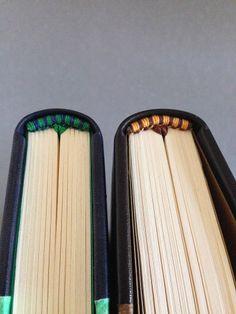 Cuatro colores, dos cabezadas; ambas bordadas con hilo de algodón pulidos con cera de abeja