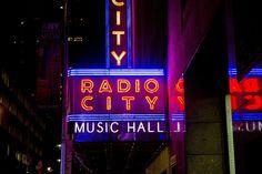 Radio City Music Hall street LED signage photo – Free Night Image on Unsplash Radio City Music Hall, New York Pas Cher, Photo Café, New York City Christmas, Christmas Time, Bucket List Family, Visit New York City, Free High Resolution Photos, Things To Do In London