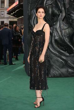 Michael Fassbender and Katherine Waterston looked thrilled to see each other as they were united on the sci-fi themed green carpet at the Alien: Covenant global premiere. Michael Fassbender, Celebrity Feet, Celebrity Style, Kelly Divine, Instagram Models, Celebs, Celebrities, Nice Tops, Dress Up