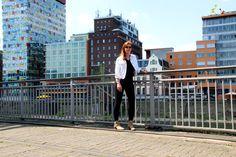 // Genug All-Black-Everything, findet Kristina! Auch wenn sie den Look liebt, bekennt sie im Frühling mit ihrer weißen Jeansjacke und den beigen Boots Farbe. Ihr könnt den Look mit ein paar Klicks shoppen: http://liketk.it/2otsQ // Enough All-Black-Everything-Looks! Although we love black outfits, the time has come to show some color in the spring. Wearing a white denim jacket and beige boots is the easiest way to do so. Shop our look http://liketk.it/2otsQ