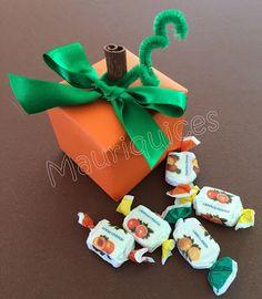 Mauriquices: Abóbora quadrada! Desenhos Halloween, Christmas Ornaments, Holiday Decor, Home Decor, Wraps, Box Picture Frames, Halloween, In Living Color, Ideas