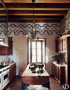 How to Style Your Kitchen with Rustic Fall Design Bring a warm and fresh feeling inside your house with this rustic kitchen design ideas. Perfect for any type of house! Spanish Style Homes, Spanish House, Spanish Colonial, Spanish Revival, Estilo Colonial, Hacienda Style, Architectural Digest, Kitchen Styling, Decoration