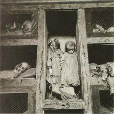 mummified twin girls in a family crypt in Italy. People were just CREEPY then. Post Mortem Photography, Creepy Photography, Creepy Photos, Creepy Images, Julius Caesar, Cemetery Art, After Life, Interesting History, Memento Mori