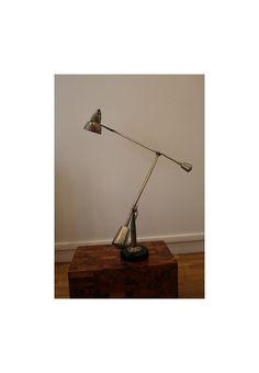 Edouard Wilfred Buquet (1886-?) Lampe de bureau à 2 bras articulés et double balancier en laiton nickelé. Piétement rond en bois laqué noir (relaqué).  Plaque gravée du nom du créateur sous la lampe: « BUQUET Bte SGDG Paris ». Brevet déposé en 1927.  Années 20-30. Diam base: 14,5 cm ; L bras bas : 58 cm ; L bras haut : 71 cm. H ± 80 cm.