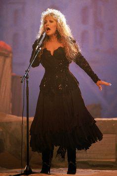 Stevie Nicks 1987 in 2020 Stevie Nicks Witch, Stevie Nicks Costume, Stevie Nicks Fleetwood Mac, Look Vintage, Vintage Ladies, Tango In The Night, Female Rock Stars, Stephanie Lynn, Beautiful Outfits