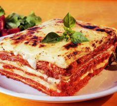 La raclette donne à ses lasagnes un côté onctueux qu'il faut absolument tester. La viande de boeuf hachée, les tomates se marient à ravir avec ce délicieux fromage venu de Savoie. Une recette qui donnera à tous l'envie de se resservir !