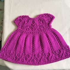 Pippa Dress Knitting pattern by Suzie Sparkles Beginner Knitting Patterns, Christmas Knitting Patterns, Arm Knitting, Knitting For Beginners, Knit Baby Dress, Baby Scarf, Simple Dresses, Pretty Dresses, Lace Patterns