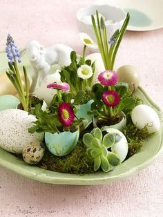 Easter Decorations 538672805416719008 - 60 Creative Ways to Decorate With Easter Eggs Family Holiday Source by Easter Flower Arrangements, Easter Flowers, Easter Centerpiece, Table Centerpieces, Spring Flowers, Happy Easter, Easter Bunny, Easter Eggs, Diy Ostern