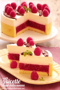 Greek Yogurt Cheesecake stuffed with raspberries Cheesecake Recipes, Dessert Recipes, Just Desserts, Delicious Desserts, Torte Cake, Breakfast Cake, Sweet Cakes, No Cook Meals, Yummy Cakes