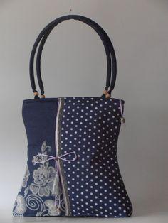 Hímzett -pöttyös anyag kombinációjával készült táska, csipke díszítõvel