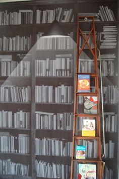 Vanuit een of andere tentoonstelling in een bibliotheek.