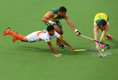 Chandanda Nikkin Thimmaiah of India (L) battles with Chris Ciriello (C) and Tristan White (R) of Australia in the gold medal match between India and Australia at Glasgow National Hockey Centre during day eleven of the Glasgow 2014 Commonwealth Games on August 3, 2014 in Glasgow, United Kingdom. (Photo by Robert Cianflone/Getty Images)
